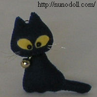 Sew a tiny black cat stuffed animal with felt. Great for Halloween and little fingers! plushiepatterns.com
