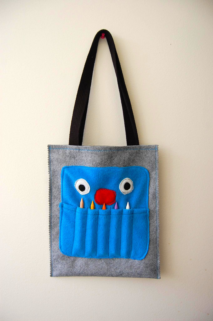 crayon monster bag tutorial - great for outings and playtime fun outdoors #freepattern #monster